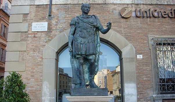 Памятник Юлию Цезарю