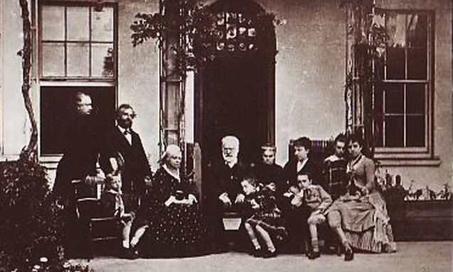 Виктор Гюго с семьей