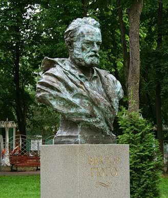 Памятник Виктору Гюго в Саду Эрмитаж