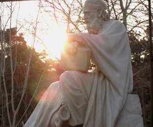 Памятник Омару Хайяму в Тегеране