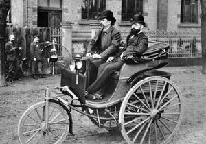 Карл Бенц на первом в мире автомобиле Motorwagen